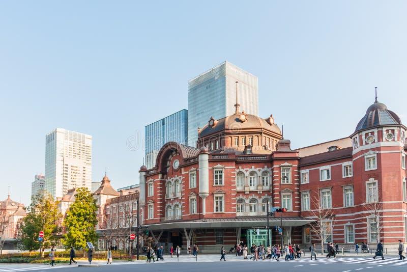 Estación de Tokio en Tokio, Japón Tokio, Japón - 20 de enero de 2019: El edificio de ladrillo rojo hermoso situado en el negocio  foto de archivo libre de regalías