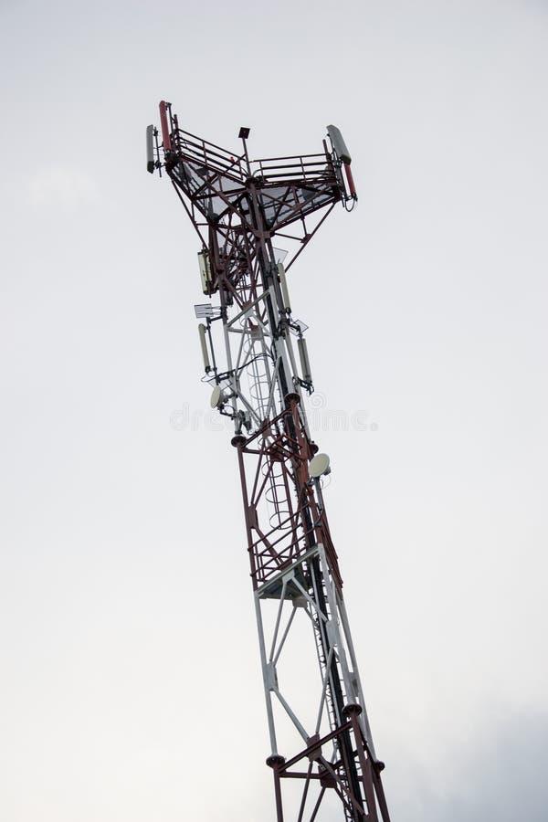 Estación de transmisor-receptor baja y x28; BTS& x29; con la antena aislada en fondo del cielo azul Células de la torre de radio  fotos de archivo