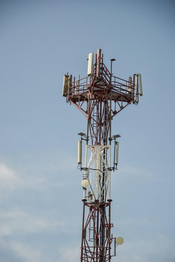 Estación de transmisor-receptor baja y x28; BTS& x29; con la antena aislada en fondo del cielo azul Células de la torre de radio  fotos de archivo libres de regalías