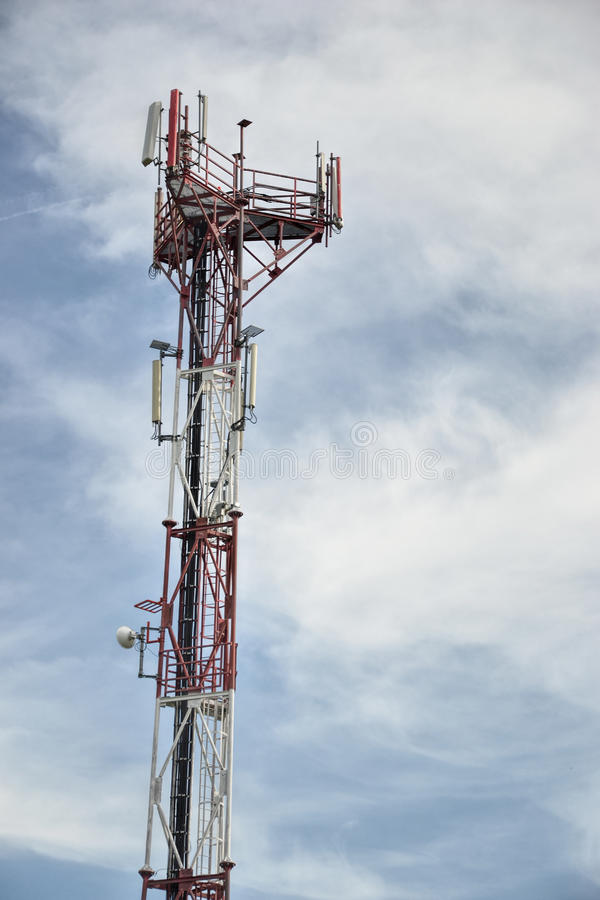 Estación de transmisor-receptor baja y x28; BTS& x29; con la antena aislada en fondo del cielo azul Células de la torre de radio  foto de archivo libre de regalías