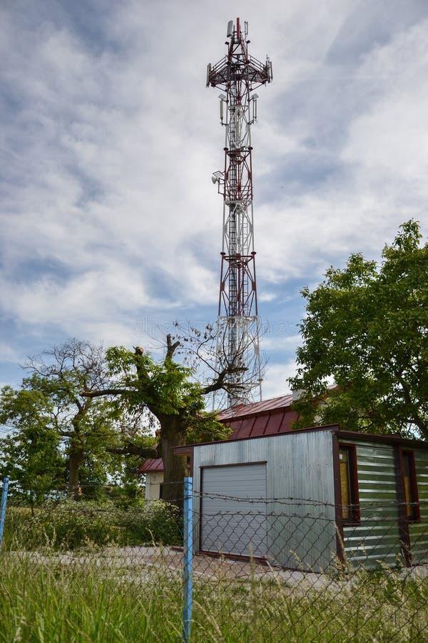 Estación de transmisor-receptor baja y x28; BTS& x29; con la antena aislada en fondo del cielo azul Células de la torre de radio  imagen de archivo libre de regalías