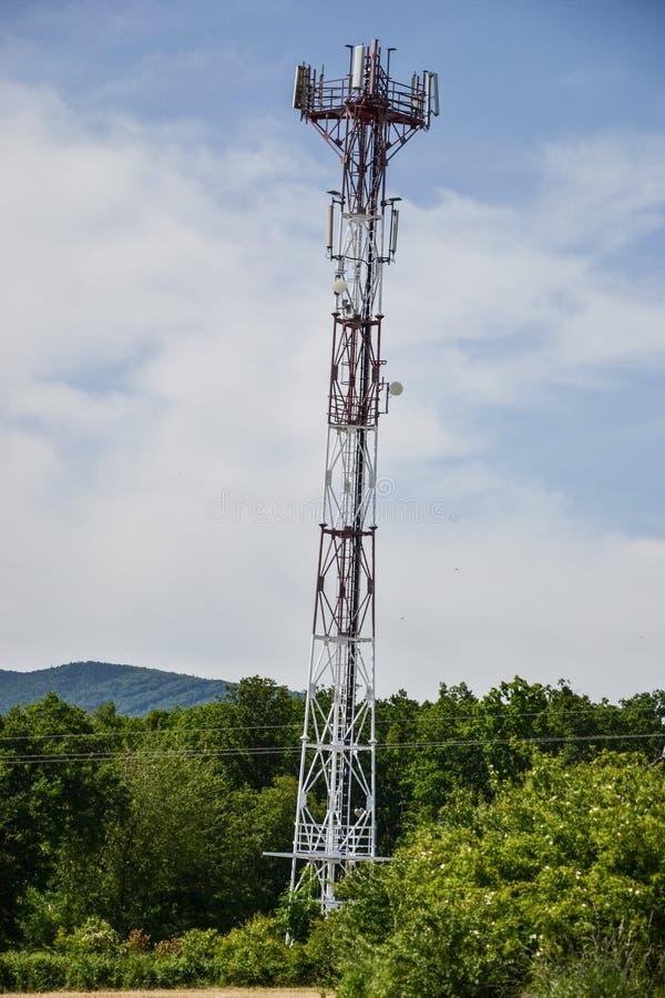 Estación de transmisor-receptor baja y x28; BTS& x29; con la antena aislada en fondo del cielo azul Células de la torre de radio  fotografía de archivo libre de regalías