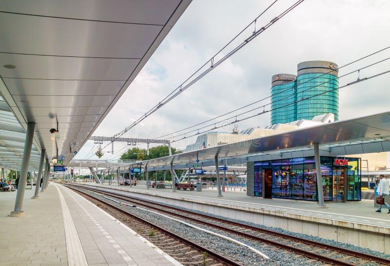 Estación de tren central de Utrecht con el Rabob internacional holandés imagen de archivo libre de regalías