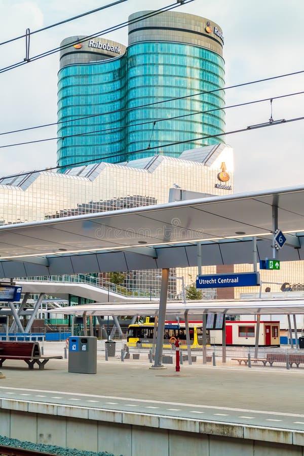Estación de tren central de Utrecht con el Rabob internacional holandés imagenes de archivo