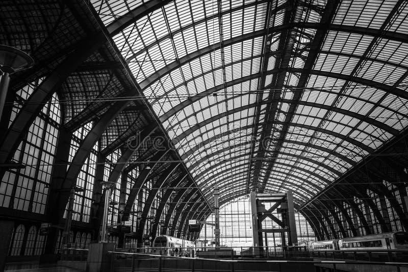 Estación de tren central en Amberes fotos de archivo