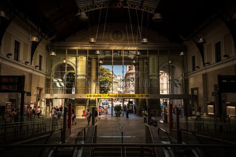 Estación de tren central en Genoa Stazione di Genova en la plaza Principe Italia, Europa foto de archivo libre de regalías