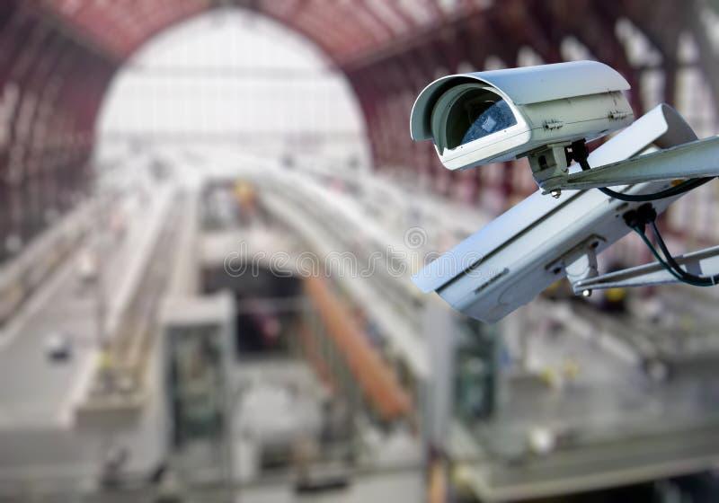 Estación de tren de la vigilancia de la cámara CCTV imágenes de archivo libres de regalías