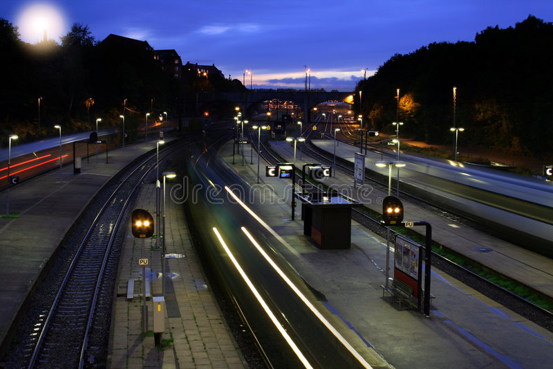 Estación de tren en la noche imágenes de archivo libres de regalías
