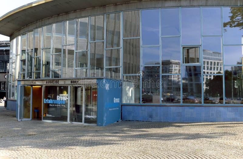 Estación de tren Este-Oeste de Berlín designada el palacio de rasgones fotos de archivo libres de regalías