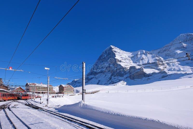 Estación de tren ferroviaria de Jungfrau en Kleine Scheidegg a Jungfraujoch, cara norte del soporte Eiger en el fondo, Suiza imágenes de archivo libres de regalías