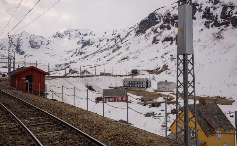 Estación de tren de Myrdal rodeada por la montaña nevosa imagen de archivo