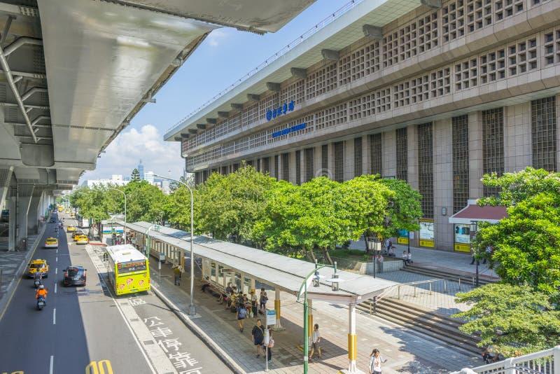 Estación de tren principal de Taipei con mucha gente que camina en Taipei, Taiwán fotografía de archivo