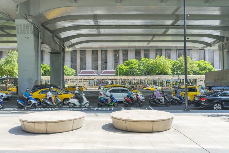 Estación de tren principal de Taipei con mucha gente que camina en Taipei, Taiwán imagenes de archivo