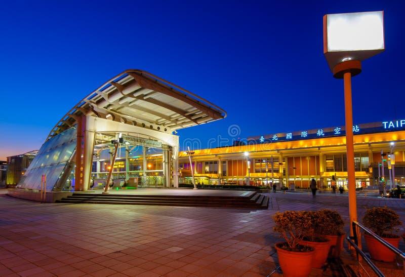 Estación del aeropuerto del MRT Songshan en la noche fotografía de archivo