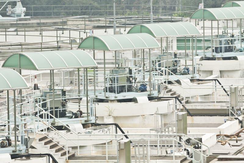 Estación del bombeo de agua con las máquinas y las tuberías imagenes de archivo