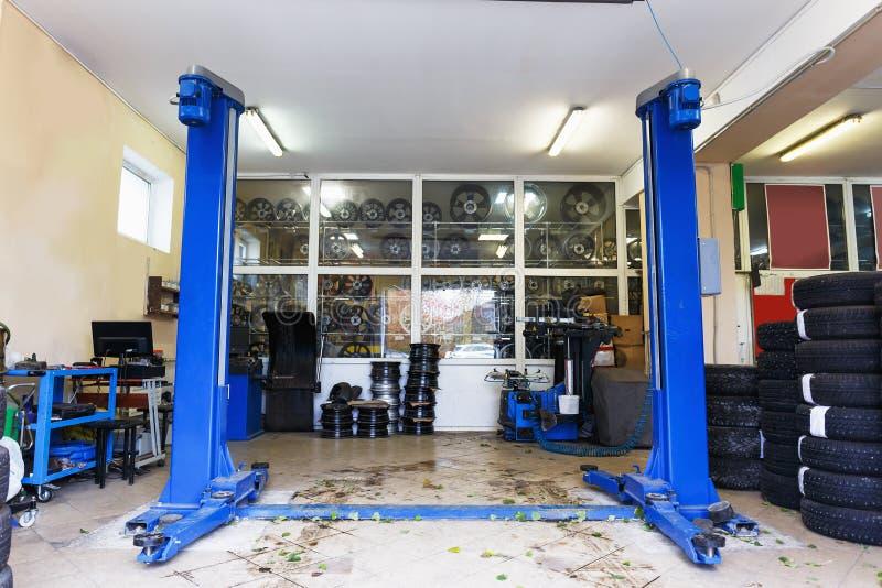Estación del coche o de la reparación auto o garaje automotriz de la industria de servicios imagen de archivo