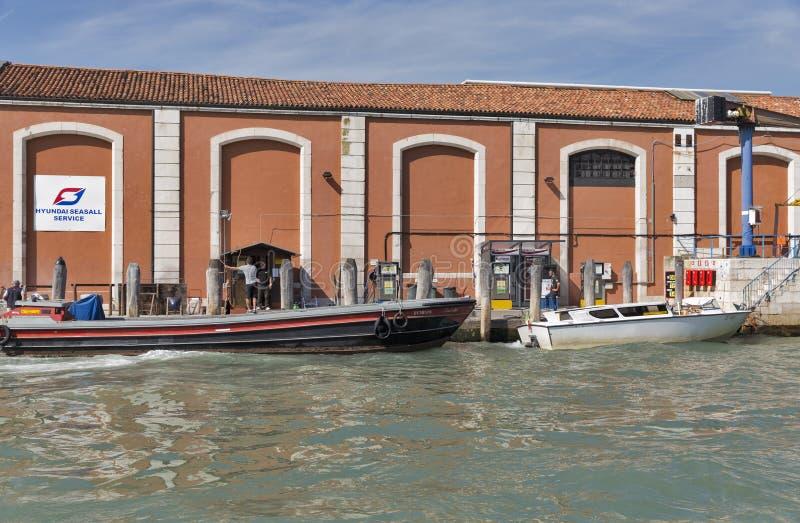 Estación del combustible del barco de Hyndai en Venecia, Italia imágenes de archivo libres de regalías