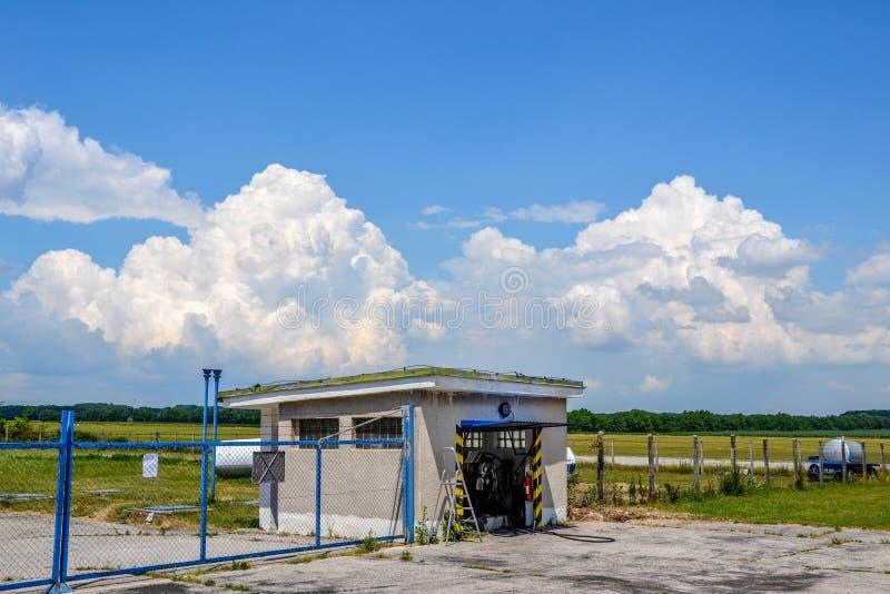 Estación del combustible en el campo de aviación del campo foto de archivo