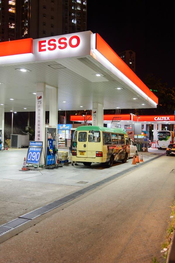 Estación del combustible en la tarde fotos de archivo