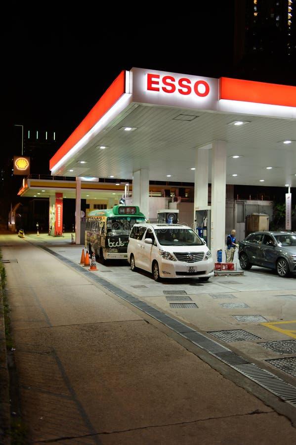 Estación del combustible en la tarde imagenes de archivo