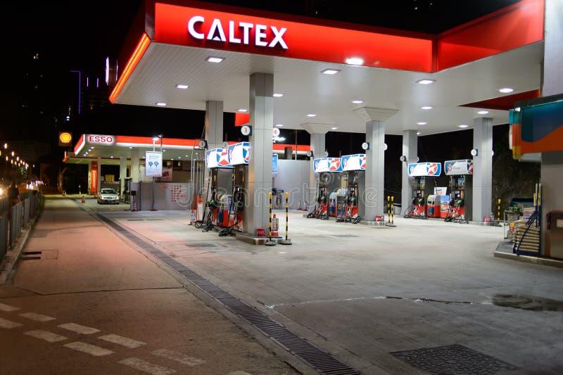 Estación del combustible en la tarde foto de archivo