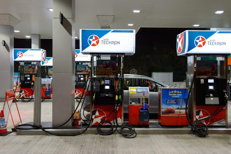 Estación del combustible en la tarde imagen de archivo