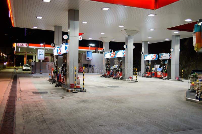 Estación del combustible en la tarde imagen de archivo libre de regalías