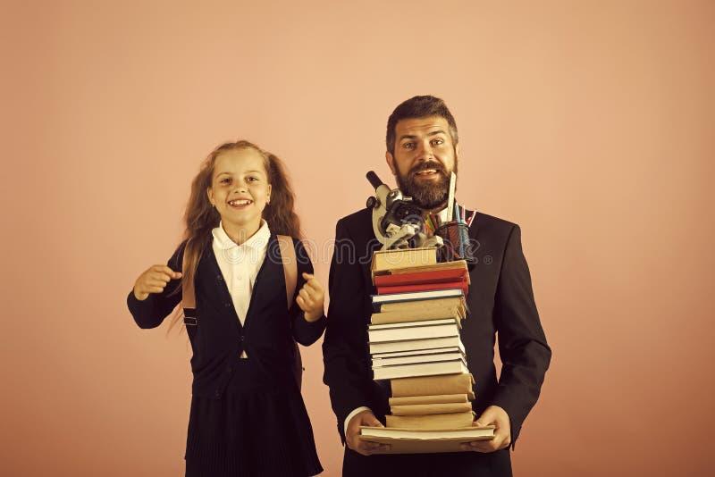 Estación del estudio Padre y colegiala con las caras felices en fondo rosado fotos de archivo