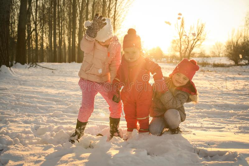 Estación del invierno Niñas felices imágenes de archivo libres de regalías