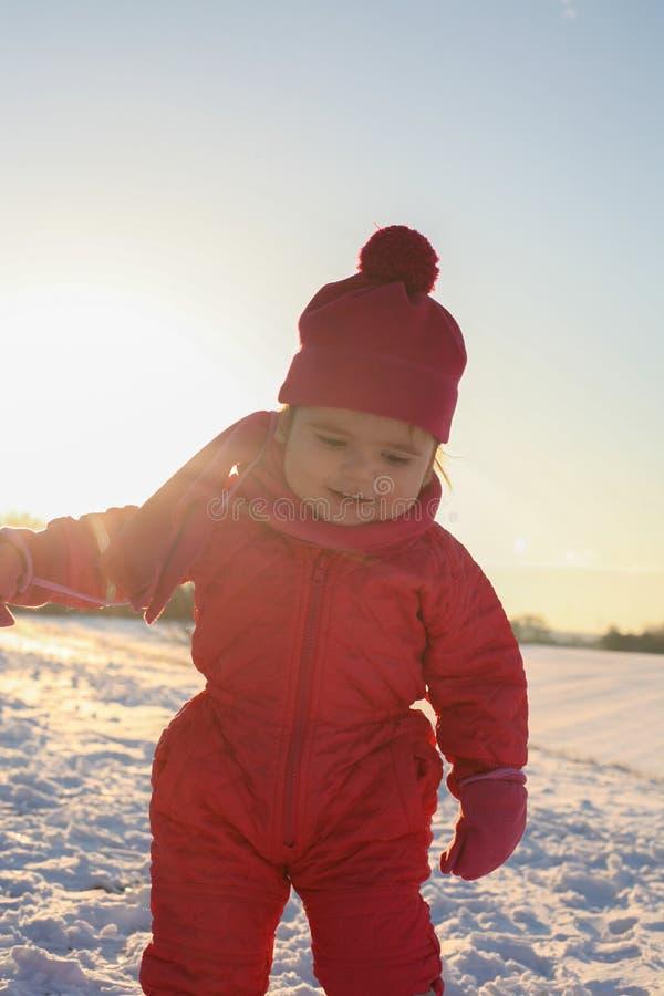 Estación del invierno Pequeño bebé en nieve imagen de archivo libre de regalías
