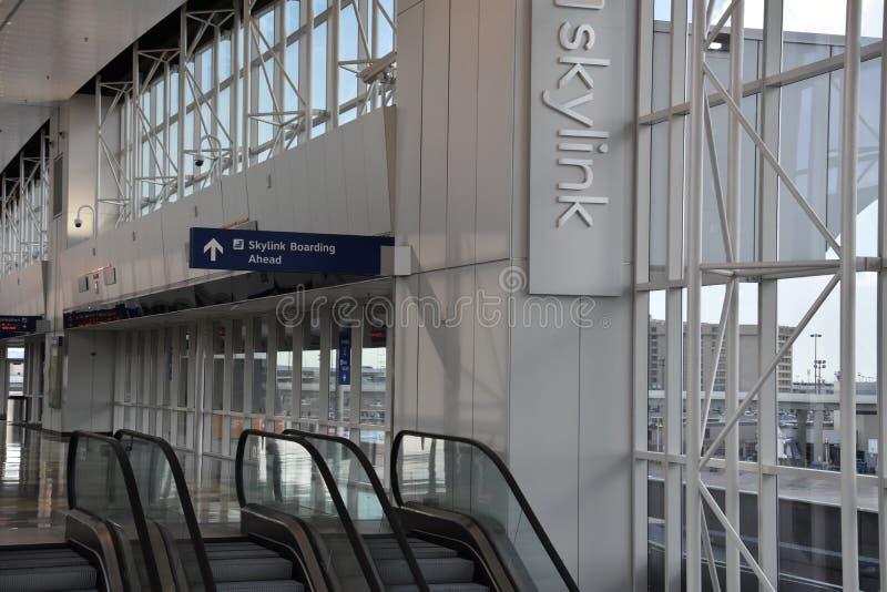 Estación del monorrail del horizonte en el Dallas-fuerte digno de aeropuerto internacional imagenes de archivo