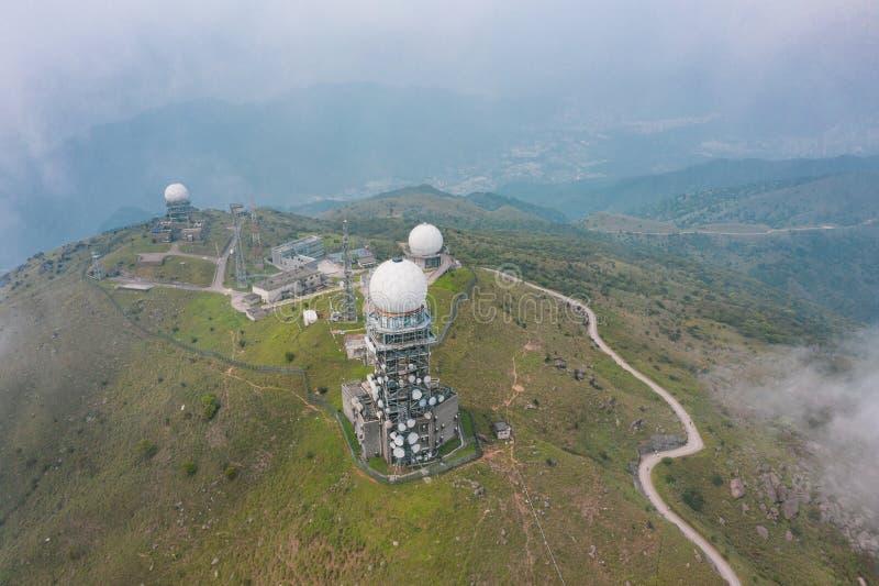 estación del observatorio en Tai Mo Shan, el pico más alto en Hong Kong fotos de archivo