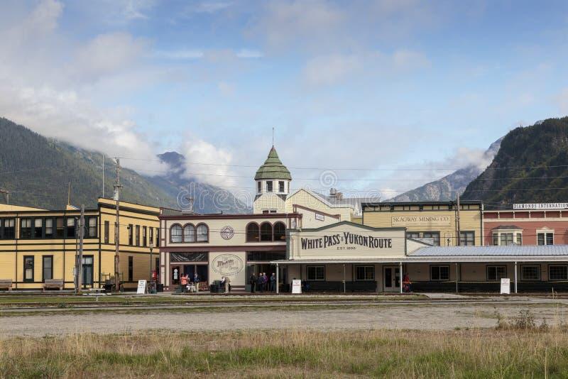 Estación del tren blanco histórico del paso de la fiebre del oro en Skagway Alaska foto de archivo