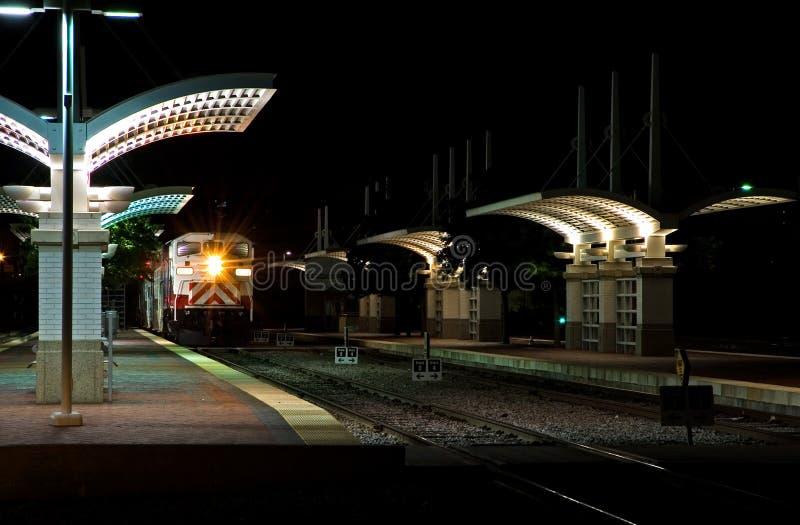 Estación del tren de cercanías en la noche fotografía de archivo libre de regalías