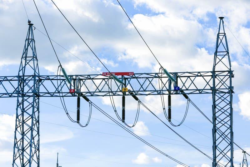 Estación eléctrica del transformador de la central eléctrica de los posts imagenes de archivo