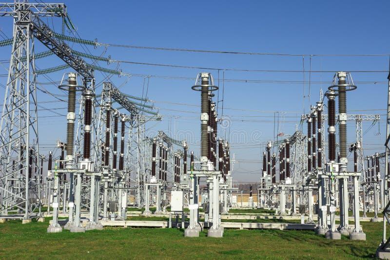 Estación eléctrica Equipos de alto voltaje en la central eléctrica Distribución industrial de la electricidad Líneas de alto volt fotos de archivo