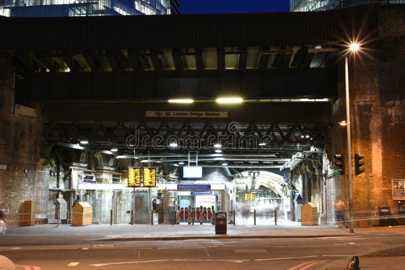 Estación en la noche, tiro largo artístico del puente de Londres de la exposición imagen de archivo