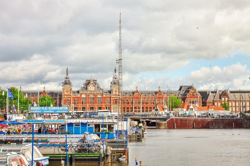Estación hermosa de la central de Amsterdam de los edificios fotografía de archivo libre de regalías