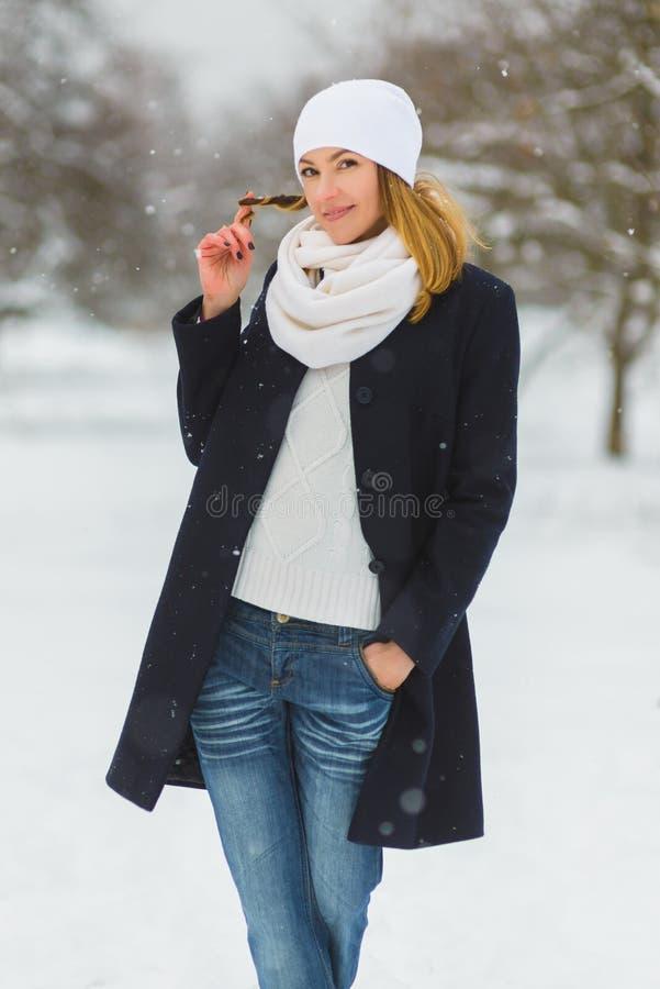 Estación, la Navidad, días de fiesta y concepto de la gente - la mujer joven sonriente en invierno viste al aire libre fotografía de archivo libre de regalías
