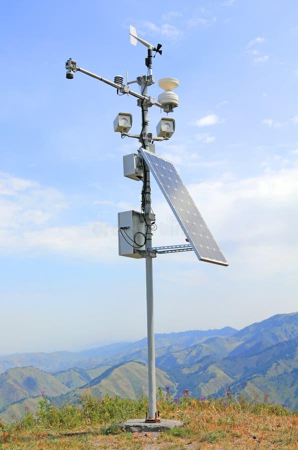 Estación meteorológica automática autónoma en las montañas imagenes de archivo