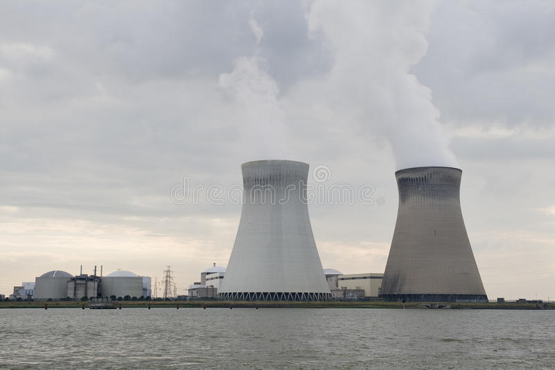 Estación nuclear de Doel cerca de Antwerpen, Bélgica fotografía de archivo libre de regalías