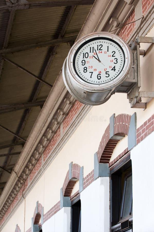 Estación-reloj ferroviario viejo foto de archivo libre de regalías
