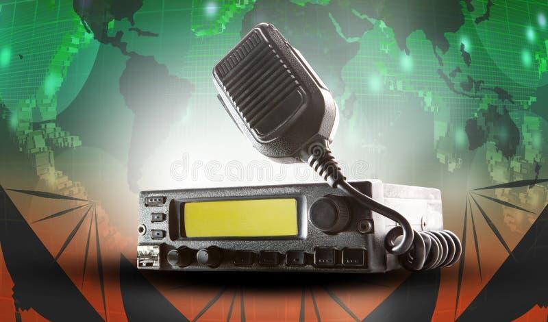 Estación y altavoz del transmisor-receptor de la radio CB que celebran encendido uso del aire fotos de archivo libres de regalías