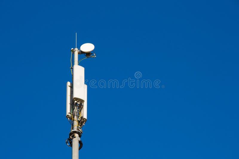 Estación y antenas celulares de transmisor-receptor baja imagen de archivo