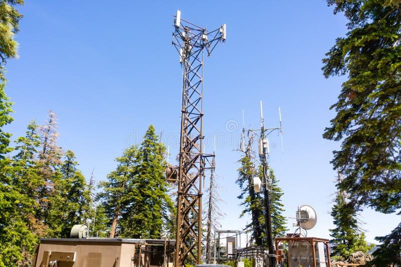 Estación y antenas situadas en el parque nacional de Yosemite, montañas de Sierra Nevada, California de la telecomunicación imagen de archivo