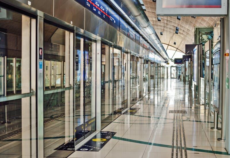 Estaci?n de metro en Dubai imagen de archivo
