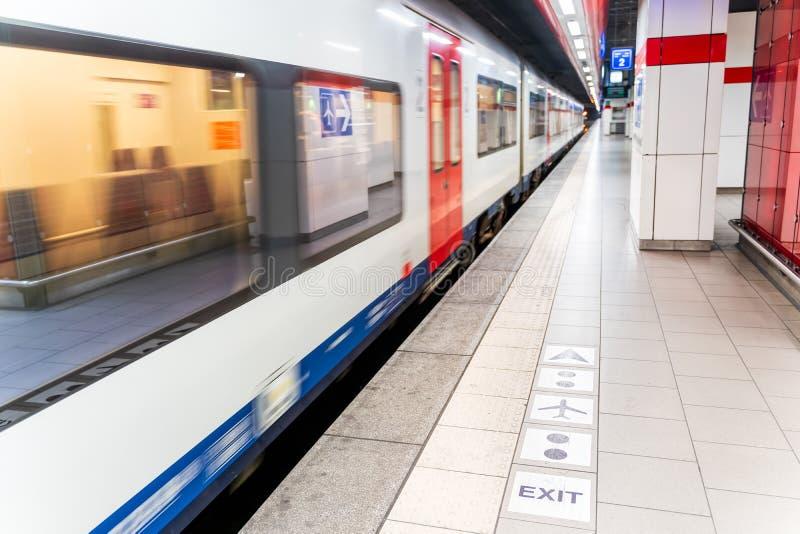 Estaci?n de metro vac?a con el tren que apresura, Bruselas B?lgica fotografía de archivo libre de regalías
