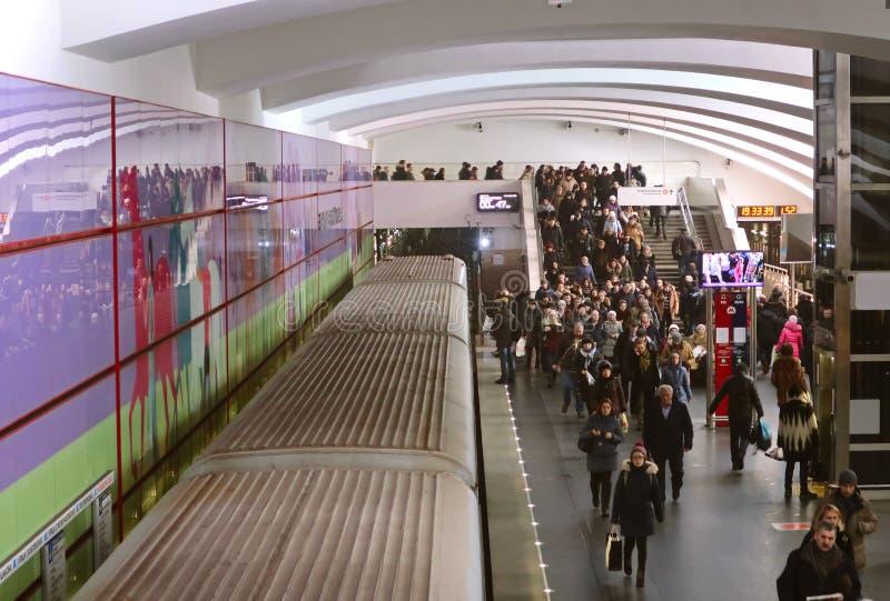 Estaci?n del parque de Bitsevsky del metro de Mosc? Mucha gente en la plataforma del subterráneo fotos de archivo