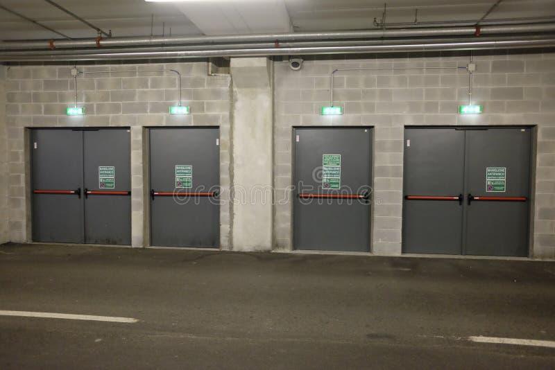 Estacionamento coberto das saídas da segurança fotografia de stock