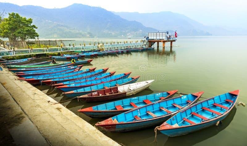 Estacionamento colorido dos barcos de Nepal no lago Pokhara Phewa imagem de stock